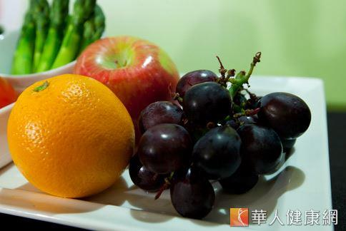 蔬果中含有豐富的纖維素,且在腸道中停留時間短於其他食品,可干擾營養物質的過份吸收,減少脂肪堆集。