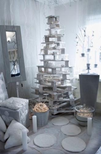 Zagreb, 281112. Dizajnerica i stilistica interijera Marija Skelin pripremila je dva interijera za ovogodisnji Bozic. Bijeli bor od paleta, sa bijelim dekoracijama, lampice, svijece, plisani jastuci u obliku bora, salice kao postolje adventskog aranzmana. Foto: Berislava Picek / CROPIX