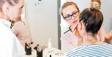 maquilladoras profesionales maquillando a una chica