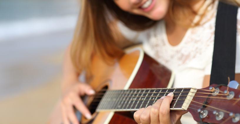 chica tocando la guitarra