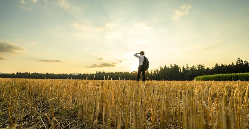 hombre perdido en medio de un campo