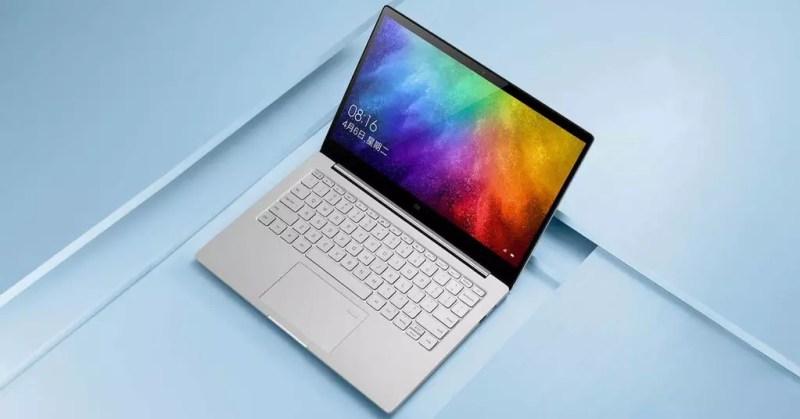 Laptop Xiaomi con sfondo blu
