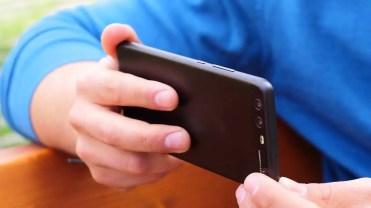 Teléfono Huawei P10 en mano