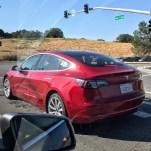 Aspecto de Tesla Model 3 rojo