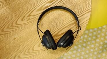Aspecto de los auriculares Panasonic RP-HTX80B en una mesa