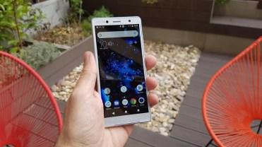 Sony Xperia XZ2 Compact en mano