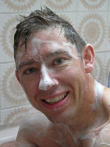 頭皮マッサージシャンプーする白人男性