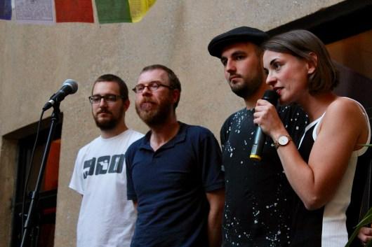 Applausabstimmung zwischen Marvin, Christian und Jan, Josephine moderiert Fußball Slam Juni 2018 Beyerhaus Leipzig Topical Island Poetry Slam