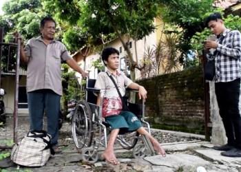 Iwan diatas kursi roda