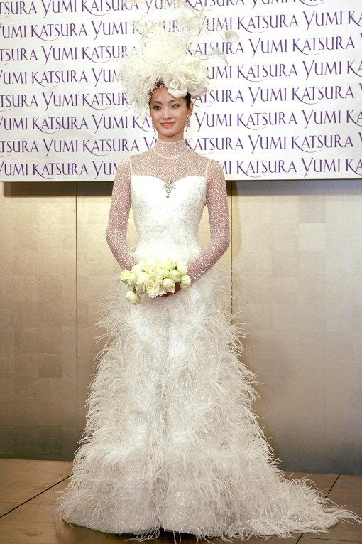 5d257f6078cef5e 3-е место: Бриллиантовое платье от Scott Henshall стоимостью 9 млн долларов  представляет собой тонко сплетенную паутинку, украшенную 3000 бриллиантов.