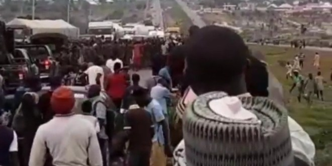 Half-naked women and youths block Abuja-Kaduna highway to protest banditry (video)
