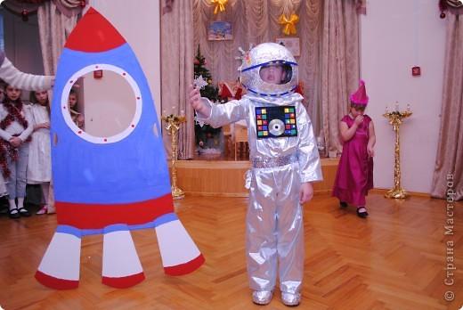 儿童新年服装的太空鞋