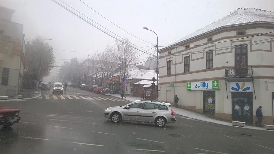 Облачно, местимично сузнежница и снег