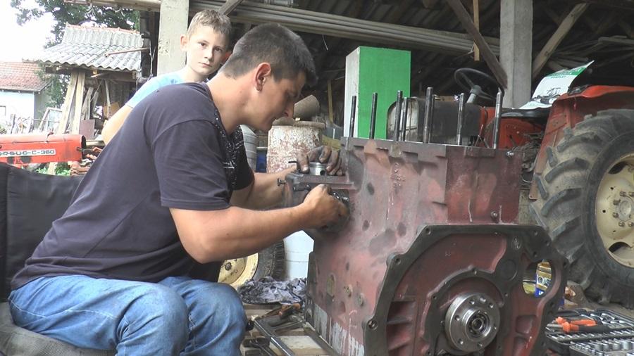 Иако је непокретан и у колицима Миленко свакодневно поправља аутомобиле и ради тешке сеоске послове