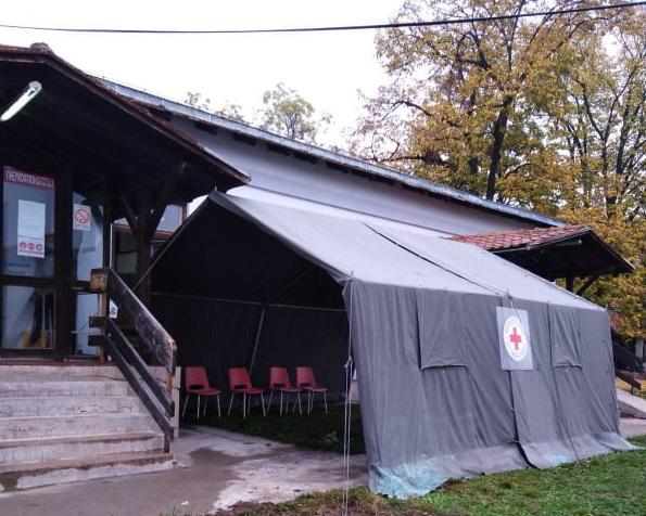 Постављен шатор – чекаоница испред ковид амбуланте у Тополи