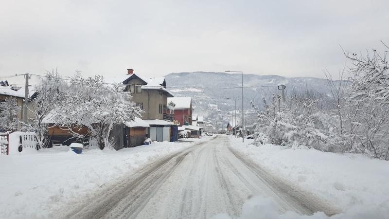 Путеви у Србији проходни, опрез због поледице и одрона
