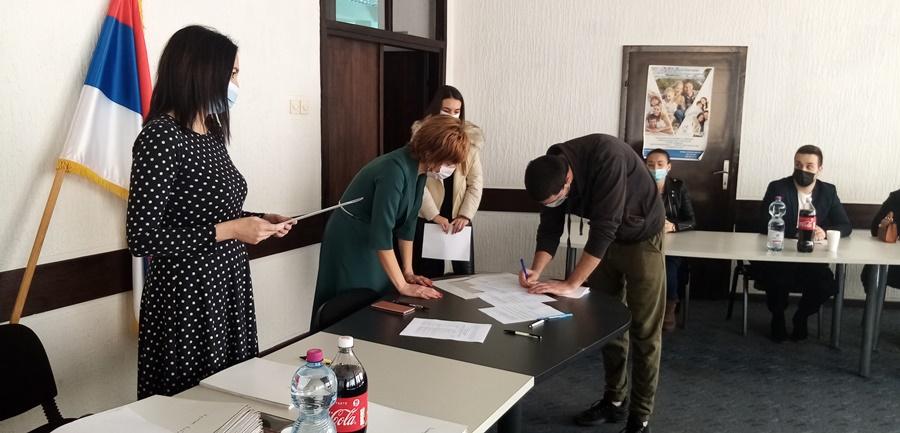 Уручени уговори о стипендирању, 73 академаца добило студентске стипендије у Тополи