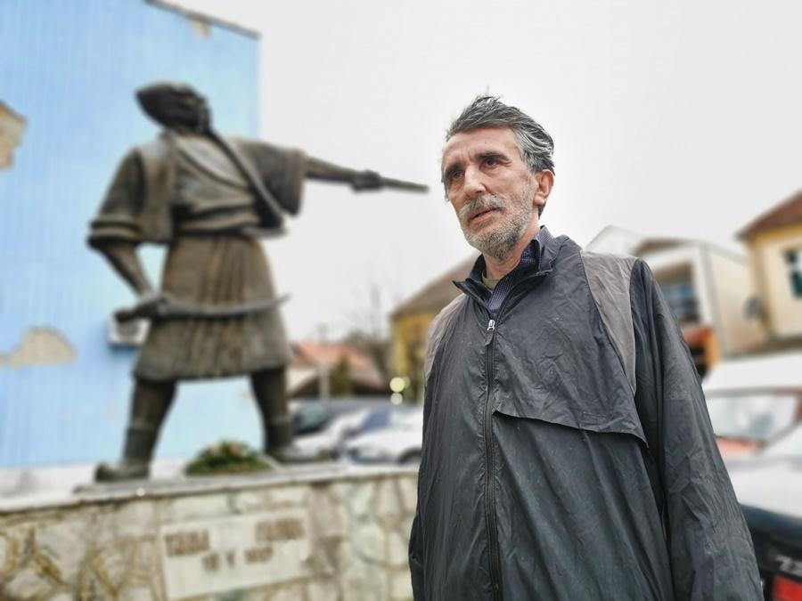 Зоран је потомак Танаска Рајића, по његовом лику урађен је споменик у центру Страгара