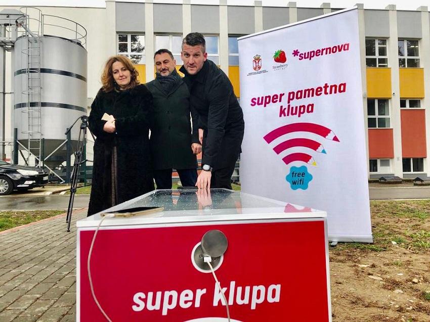 Супернова паметна клупа стигла и у Чачак као награда  за изузетан резултат ученика