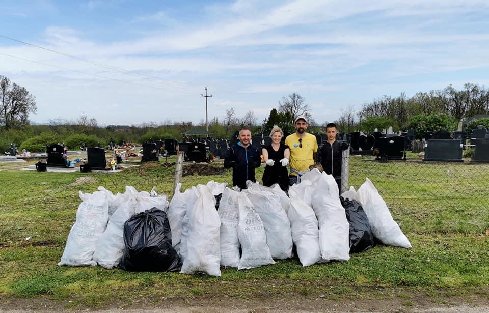 Четворо мештана сакупило 20 џакова отпада са сеоског гробља