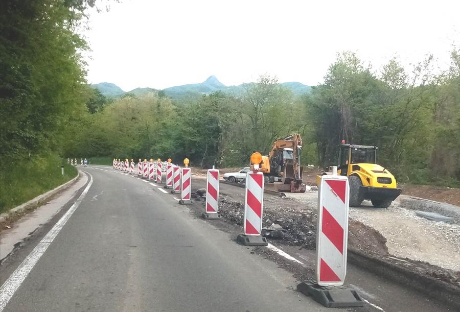 Радови у насељу Брезовица, саобраћај се одвија успорено уз семафорску сигнализацију