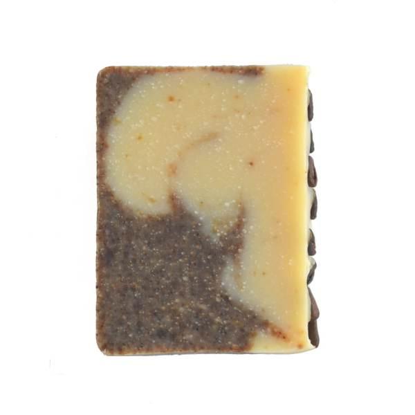 sabonete esfoliante de café em fundo branco