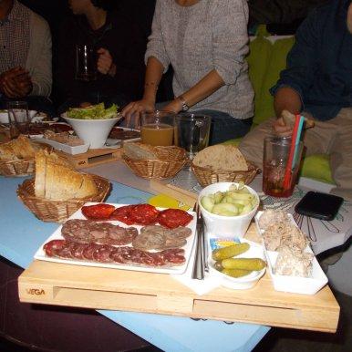 Palette Terre : assortiment de saucisson, chorizo, boudin et andouille de porc noir avec une portion de rillettes, terrine et pâté