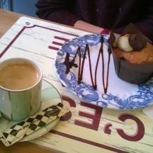 Muffin myrtille-chocolat et café noir