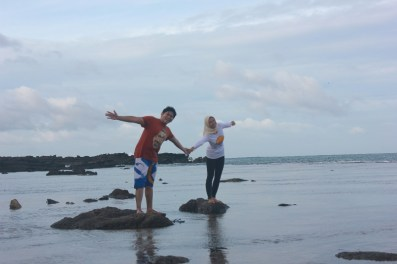 Berdua...berlatar belakang pantai Karang Taraje