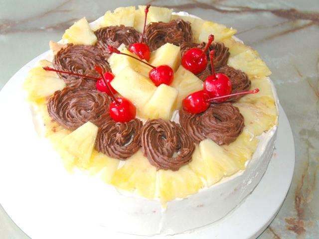 シフォン風スポンジで!チョコとパインのデコケーキ♪