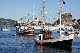 Fjordabåtar og andre båtar hadde sett opp rute frå Strilalandet og inn til byn