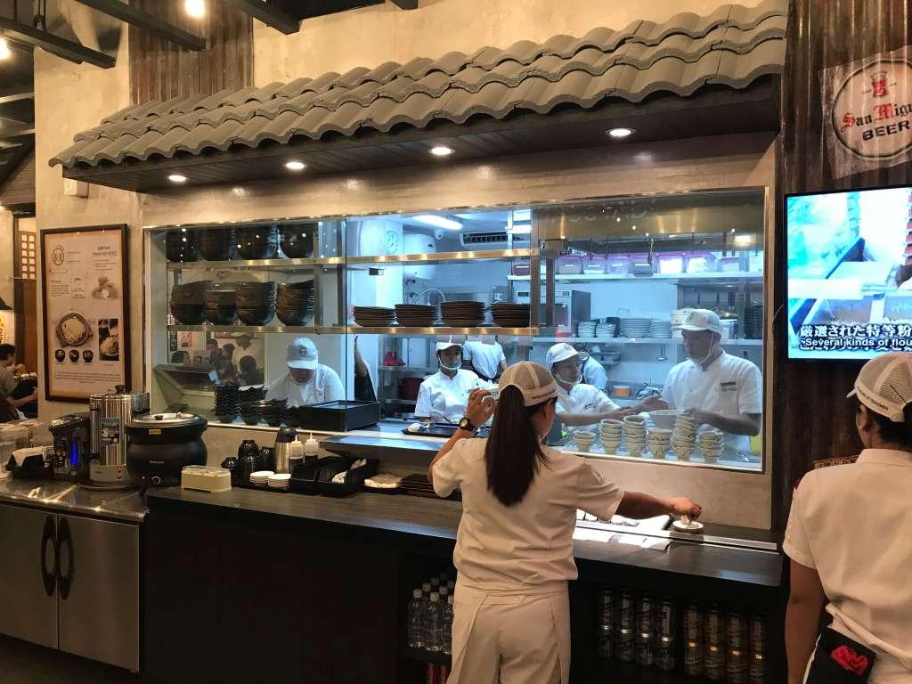 三ツ矢堂製麺 オープンキッチン