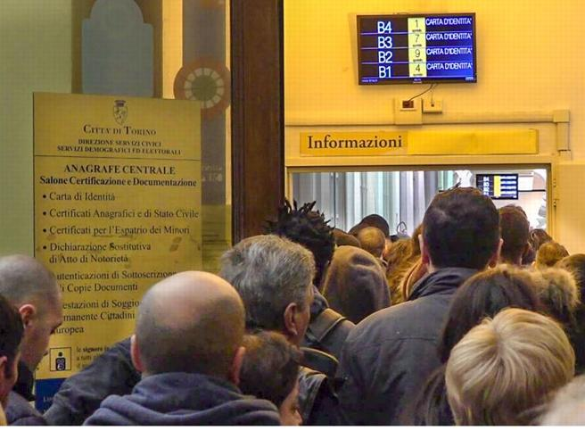 Torino Anagrafe In Tilt Urla E Tensione Agli Sportelli