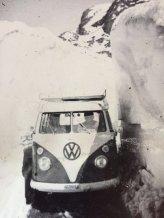 sulla strada tagliata nella neve