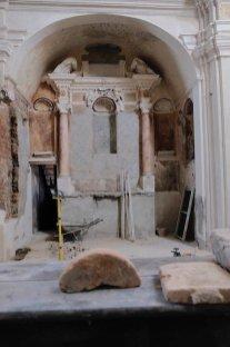 Lungo la parete dell'abside è affiorata una decorazione risalente all'Ottocento, probabilmente una sorta di finta boiserie collocata dove dovevano trovarsi gli stalli del coro ligneo forse andato perduto in epoche precedenti.