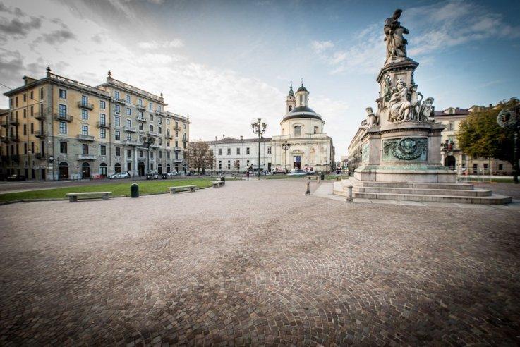 Sollecitata dalla municipalità, che chiede strutture coperte per promuovere il mercato dei vini, dispone che quattro tettoie vengano costruite proprio sul sedime di piazza Carlina, parallelamente ai lati nord e sud.