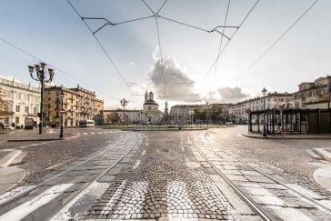 Al centro del nuovo quartiere, spicca una piazza pensata per gareggiare in importanza con piazza San Carlo, cuore della prima espansione. Sta a cavallo dell'attuale via Santa Teresa, uno degli assi urbani più lunghi, che unisce la Cittadella con la nuova porta orientale e lambisce la stessa piazza San Carlo.