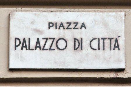 La piazza non affacciava direttamente sulle vie. Gli archeologi concordano che fosse preceduta da un portico a due piani che la cingeva su tutti i lati: un lungo colonnato sormontato da un continuo «solarium» coperto. Sotto si mercanteggiava; sopra ci si incontrava, forse si svolgevano assemblee, si riscuotevano tasse. Era il foro di Torino.