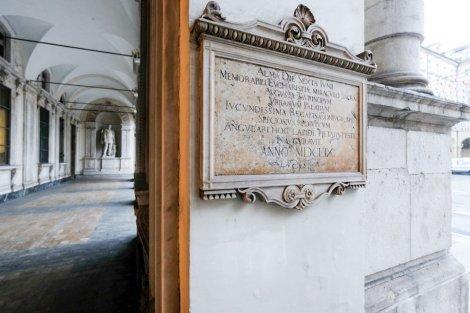 La «piazza delle Erbe» restava comunque la più importante, e il suo prestigio crebbe ulteriormente in seguito al «miracolo eucaristico» del 1453. Così, il Consiglio comunale decise, nel 1472, di stabilirvi la propria definitiva sede.