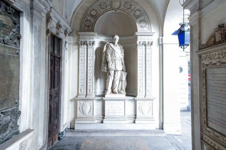 La statua a Vittorio Emanuele II sotto il portico del Municipio