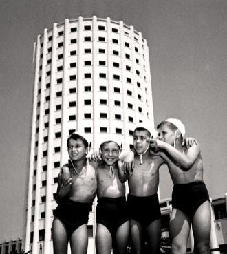 Bambini di fronte alla Fiat di Marina di Massa
