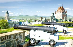 大きな砲台がいくつも並ぶ