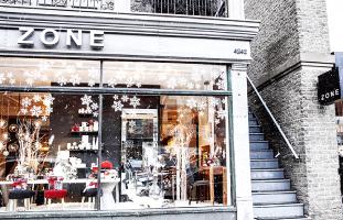 雪の結晶で飾られた店の外観