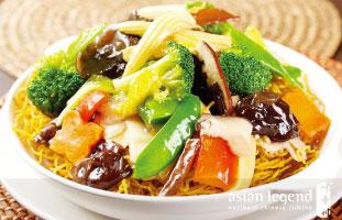 ◀Fried Cantonese Crispy Noodles with Mixed Vegetables 野菜のあんかけが掛かったかた焼きそばでベジタリアンの人にもおすすめ。あんかけを麺にしっかりなじませて少し柔らかくなったところを食べるもよし、パリパリの食感を楽しむためにすぐ食べ始めるもよし。ここは麺料理もあんの種類も豊富にあるのでみんなで幾つか頼んでシェアがおすすめ。 Asian Legend 418 Dundas St. W.Toronto 416-977-3909 / asianlegend.ca