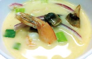 ◀Tom Kha タイやラオスで食べられているココナッツミルクベースのスープ。たっぷりの野菜とエビの旨味のまざったスープはレモングラス、ガランガルというタイジンジャー、ライムで味を調えられている。お店によってはチリも加わり辛いものもあるが、ここではマイルドで子供でも食べられるように仕上げられている。 Ranu Thai Cuisine 3308 Lakeshore Blvd W  /416-255-3830 ranuthai.ca