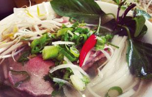 ▲Beef Noodle Soup ベトナム人お墨付きのおすすめフォーレストラン。モヤシやライムのトッピングもカラフルにチリまで付いてくるので辛いもの好きの人はホットソースの代わりにチリを使ってほしい。サイズもお肉の種類、調理加減ももちろん選べるので好きな組み合わせで食べよう。 Pho Linh Restaurant 1156 College St W.  416-516-3891