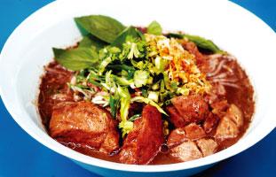 Khao Soi with Chicken パッタイの次に有名なカオソーイ。ココナッツミルクを混ぜたピリ辛スープに揚げたたまご麺が入っている。麺を揚げることでまろやかなスープがより染み込みやすくなっている。途中で味に飽きてしまった人は、一緒についてくるライムを加えることでスッキリした味わいも楽しむことができる。一度に二度美味しい冬にぴったりの麺料理だ。 Nana restaurant 785 Queen St. W / stnnana.com