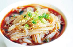 The Jelly Spicy Noodle▶ 同店大人気の四川料理を代表するヌードルスープ。口当たり良い麺はGreen Beansから作られており、辛口なスープがしっかり絡んで美味しい。カプサイシンが入っており、体が芯から暖まる。ぜひテーブルでシェアして頂きたい一品だ。 Szechuan Legend Restaurant 505 Hwy 7 East, Unit 91&92, 905–889–7883 sichuanlegend.com