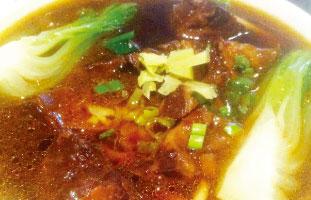 Braised Beef Noodle Soup▶ 中華でも特に家庭で定番のスープヌードル。醤油ベースの煮汁でじっくり煮込まれた牛肉はほろほろと口の中でとろける柔かさ。あっさりとしたシンプルなスープと隠し味の生姜が絶妙なアクセントに。ほっこり温まりたい時におすすめだ。 Asian Legend 418 Dundas St. W 416-977-3909 / asianlegend.ca