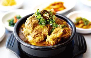 Gam Ja Tang 韓国の代表的な料理の1つ。韓国味噌をベースに作られたスープに入っているのは大きな豚の首の肉と骨のかたまり。韓国人の中には飲んだ後に〆で食べる人もいる。辛いのが苦手な人や胃の調子が悪い人には味噌ベースのスープで体を温めるのがオススメ。 Cho Sun Ok 7353 Yonge St. / 905-707-8426 /chosunok.ca